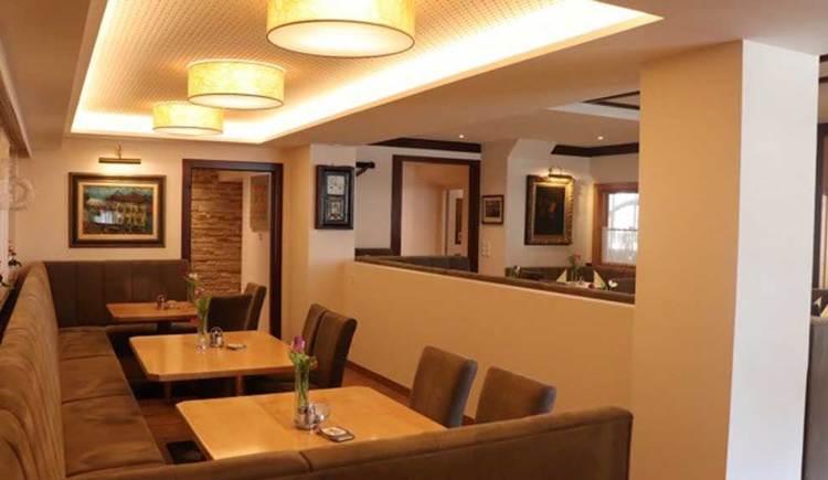 einige Bänke, Tische und Stühle im Innenraum. (© Hotel Restaurant Krone)