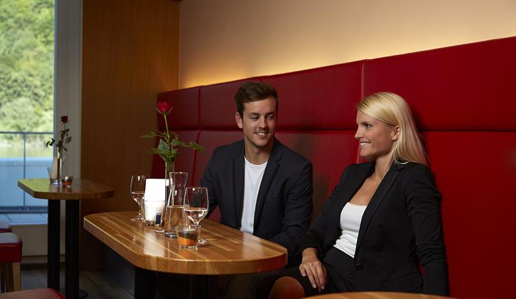 Chillen an der Bar, Entspannen an der Hotelbar, Hotel Wesenufer, Cocktails, Aperitif, Sundowner, Donaublick, Donauterrasse,. (© Wesenufer Hotel & Seminarkultur an der Donau)