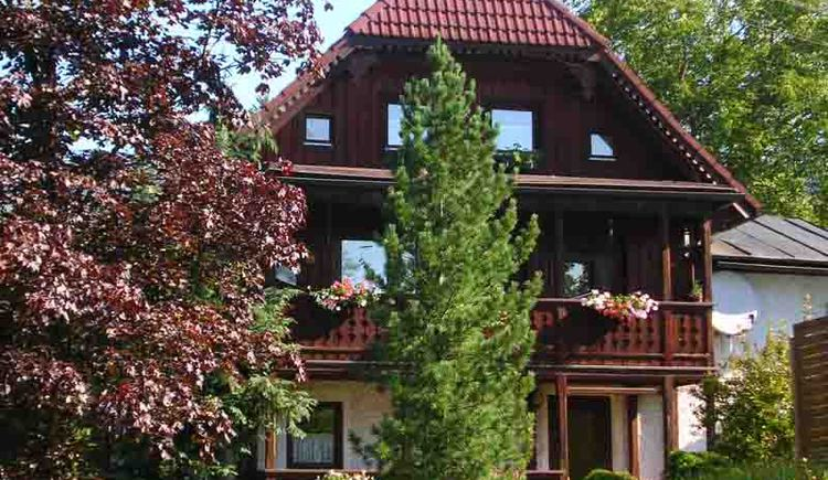 The apartment Kranhäusl is located about 15 minutes walk from the center of Bad Goisern.