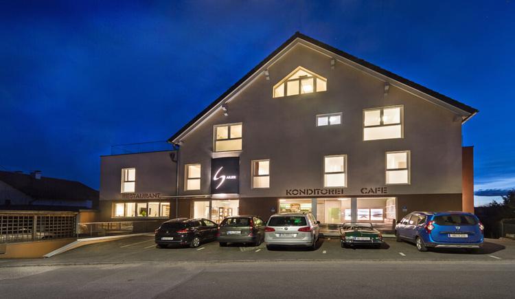 Hotel Restaurant Cafe Sailer in Seewalchen am Attersee - Aussenansicht am Abend