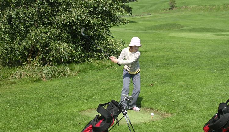 Junge Golferin (© Gästehaus Lang)