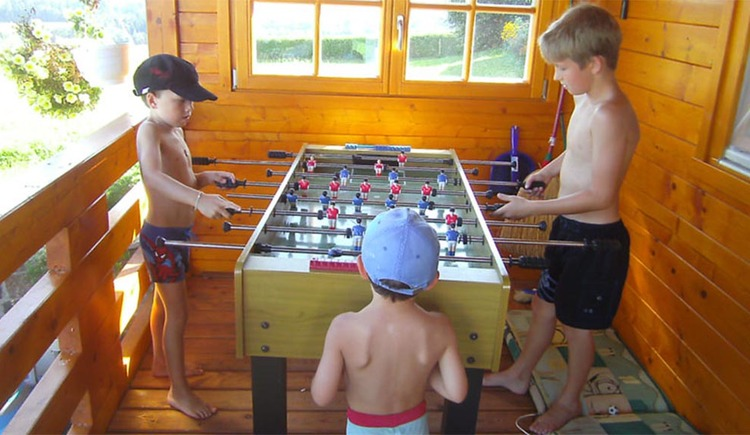 Children play foosball. (© Nußbaumer)