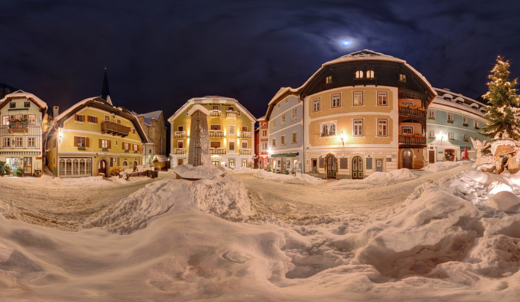 A panorama view of the market square of Hallstatt in winter. (© Sven Posc h / www.viewnect.com)
