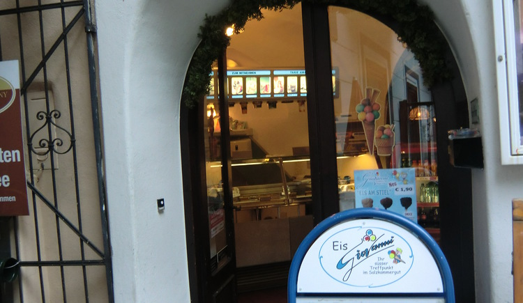 Join an ice cream at the ice Salon Giovanni on the historical market square of Hallstatt.