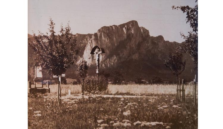 Blick auf das Wetterkreuz, im Vordergrund Wiesen, im Hintergrund Berge