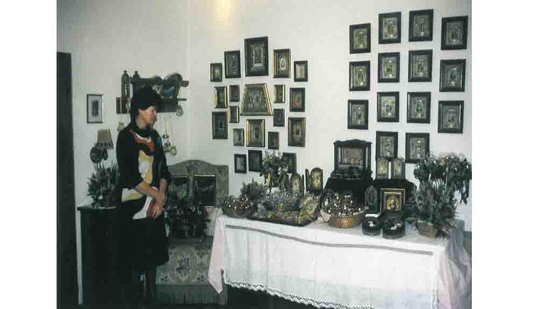 Person, Klosterarbeiten, kleine Bilder an der Wand