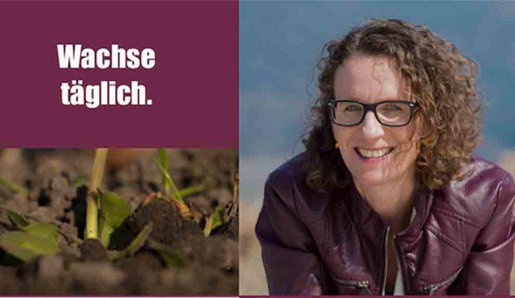 """Foto von Tanja Peherstorfer, Aufschrift auf der Seite \""""Wachse täglich\"""" darunter eine Pflanze wächst aus der Erde"""