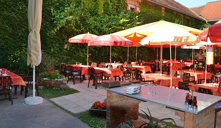 Gastgarten im Innenhof des Gasthofes Mandorfer