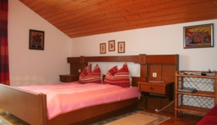 Rotes Zimmer Bett