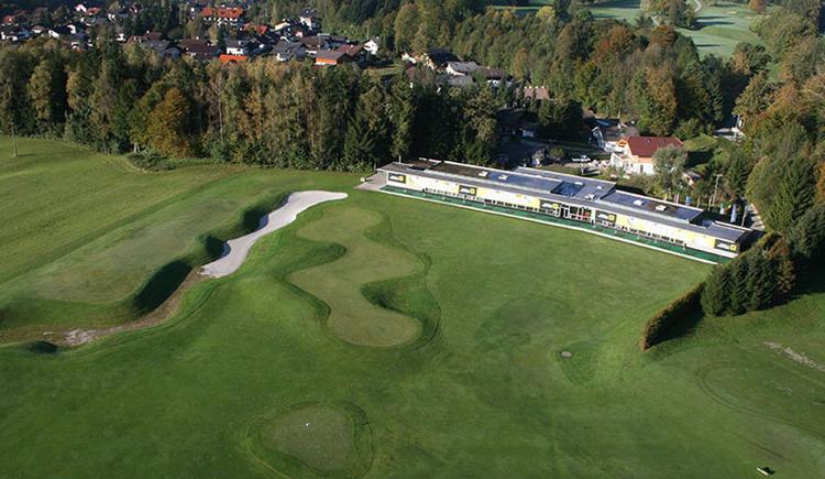 """Das Laimer4Golf-Kompetenzzentrum in Bad Ischl spielt alle """"Stückerln"""" - vor allem kann während der Golfsaison wetterunabhängig trainiert werden. Die 20 Abschlagplätze befinden sich auf der überdachten Driving Range und sind auf ein wunderschönes Bergpanorama ausgerichtet. Weiters lassen ein großes Übungs-Putting Green, mehrere Anspielgreens sowie die Bunker-Anlage keinen Trainingswunsch o?ffen. (© Laimer4Golf GmbH)"""
