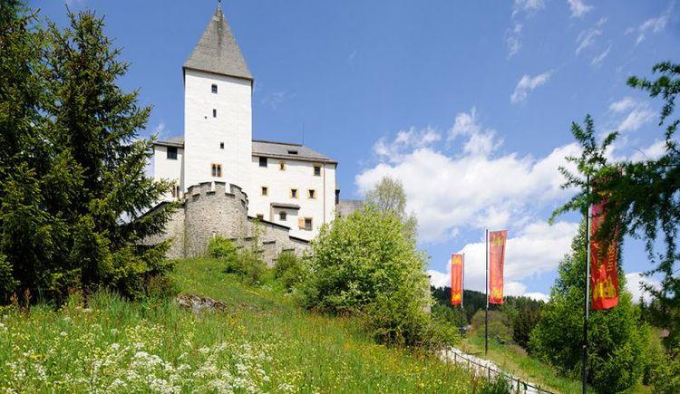 Burg Mauterndorf Außenansicht mit Bergkulisse