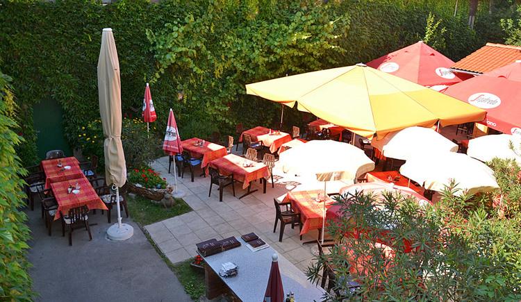 Gastgarten im Innenhof des Gasthofes Mandofer
