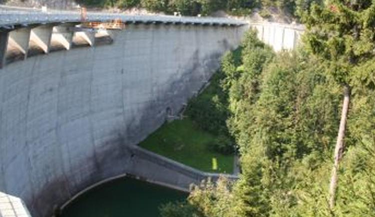Staumauer des Kraftwerks Klaus (© Büro coopNATURA)