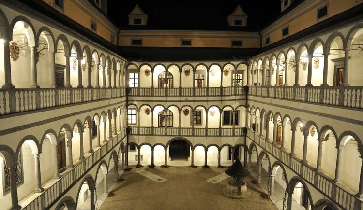Arkadenhof bei Nacht