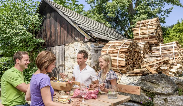 Gastgarten mit Backhäusl (© Donausteig Tourismus)