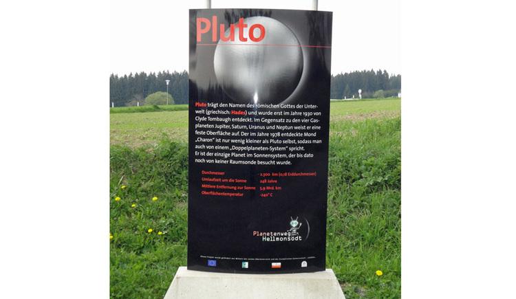 Entfernung von der Sonne: 4,5 bis 7,5 Milliarden km (stark elliptische Bahn) Durchmesser: 2.390 km Anzahl der Monde: 3 (Charon, Nix, Hydra) Umlaufzeit um die Sonne: 248 Jahre Rotationszeit: 6,4 Tage Pluto ist benannt nach dem römischen Gott der Unterwelt (griechisch: Hades). Entdeckt wurde er am 18. Febraur 1930 durch C. Tombaugh. Am 23. August 2006 wurde Pluto von der Internationalen Astronomischen Union (IAU) der Planetenstatus aberkannt. Seither wird er nicht mehr als neunter Planet des Sonnensystems, sondern nur mehr als ?Zwergplanet? mit der Nummer 134340 geführt. Gründe dafür waren seine stark elliptische Bahn, seine geringe Größe und sein fast gleich großer Mond Charon, mit dem er eine Art Doppelplanetensystem bildet. Seine dünne Atmosphäre besteht hauptsächlich aus Stickstoff und etwas Methan. Auf seiner Oberfläche herrschen Temperaturen um minus 230°C. Bis dato hat noch keine Raumsonde diesen Himmelskörper erreicht. Die am 19. Jänner 2006 gestartete Raumsonde ?New Horizons? wird nach einer Flugdauer von 9,5 Jahren im Juli 2015 den Zwergplaneten aus 10.000 km Entfernung erkunden. Ihre Funksignale werden dabei etwa 6 Stunden unterwegs sein, ehe sie auf der Erde empfangen werden können.. (© Joh. Mülleder)