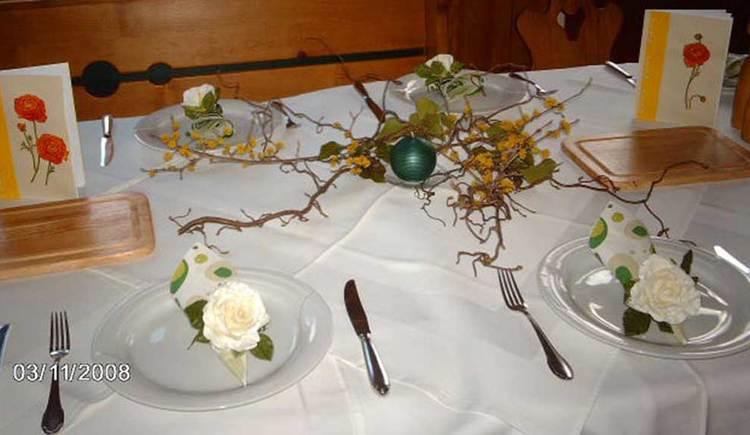 festlich gedeckter Tisch mit Blumenschmuck. (© www.mondsee.at)