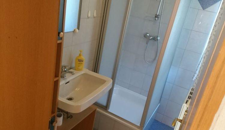Badezimmer mit Dusche. (© Mario Schober)