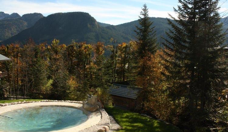Aussicht von unserem Garten auf ein atemberaubendes Bergpanorama.