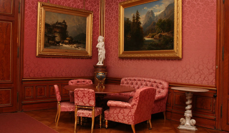 Roter Salon. (© Kaiservilla Besichtigungsbetriebs Ges.m.b.H)
