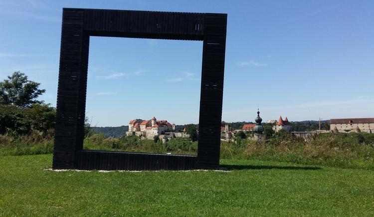 Burgfenster am Aussichtsplatz in Hochburg-Ach (© Seelentium, Spitzwieser)