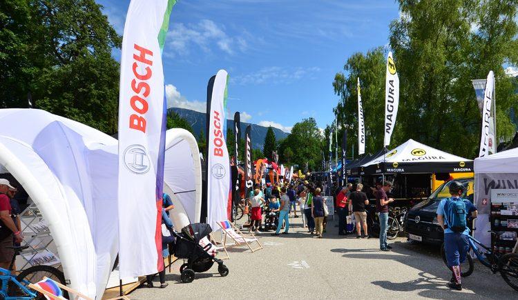 Hier sehen Sie das Ausstellungsgelände mit Besuchern der Bikemesse bei der Salzkammergut Mountainbike Trophy in Bad Goisern.