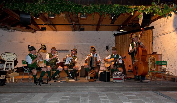 Die Goiserer Klarinettenmusik bei den Gamsjagatagen 2016 im Innenhof Schloss Neuwildenstein. (© Viorel Munteanu)