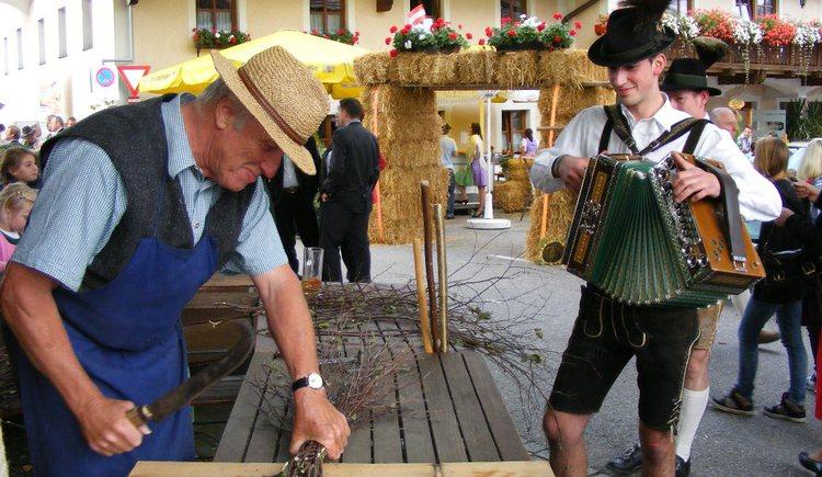 Handwerksvorführungen beim Bauernherbst-Dorffest (© Tourismusverband Faistenau)