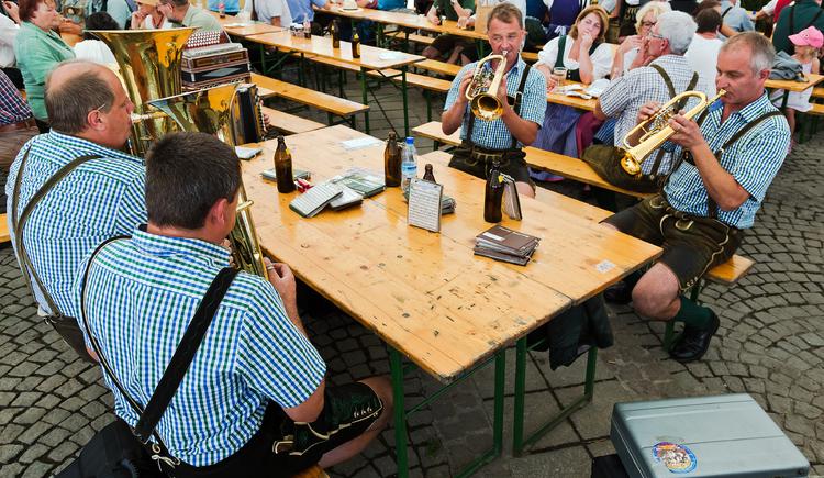 Am Marktplatz herrscht bei den Goiserer Gamsjagatage gute Stimmung und es erwarten sie die verschiedensten heimischen Musikgruppen.