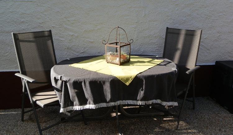 Die Sitzmöglichkeit im Garten lädt zu gemütlichen Stunden ein. (© Aschauer)