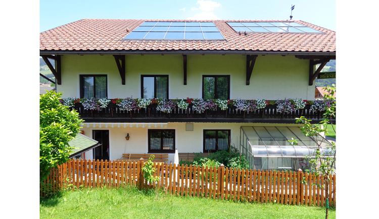 Blick auf das Haus mit Balkon und Blumen
