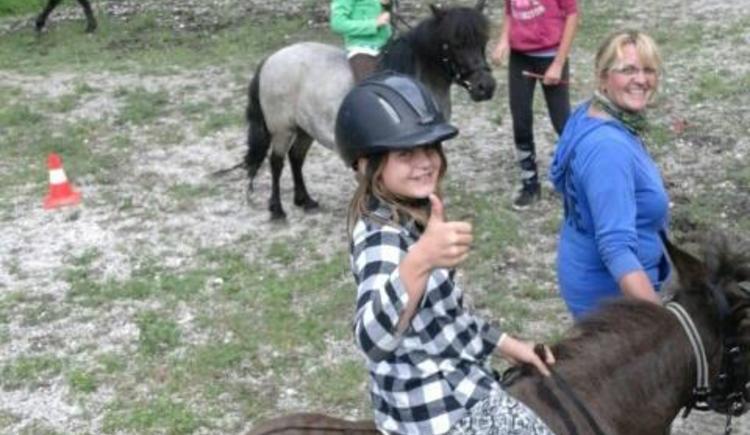 Reiten auf dem Pony (© Kinder im Glück)