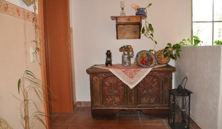 Haus Schober: Eingangsbereich des Hauses mit rustikaler Kommode