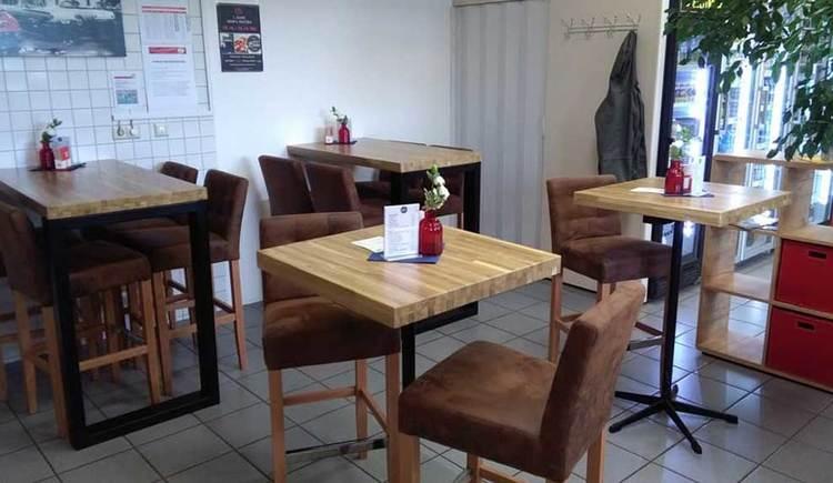 Innenbereicht mit einigen Tischen und Stühlen. (© Bems Bistro)