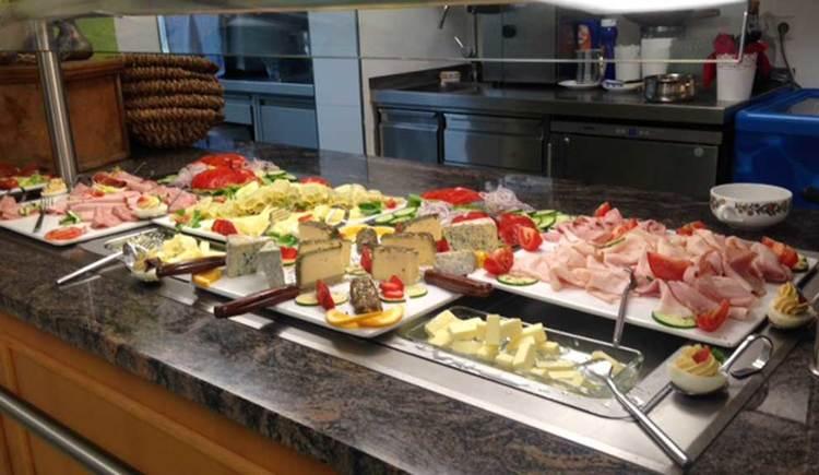 Buffet mit verschiedene Wurstsorten, verschiedene Käsesorte und Gemüse