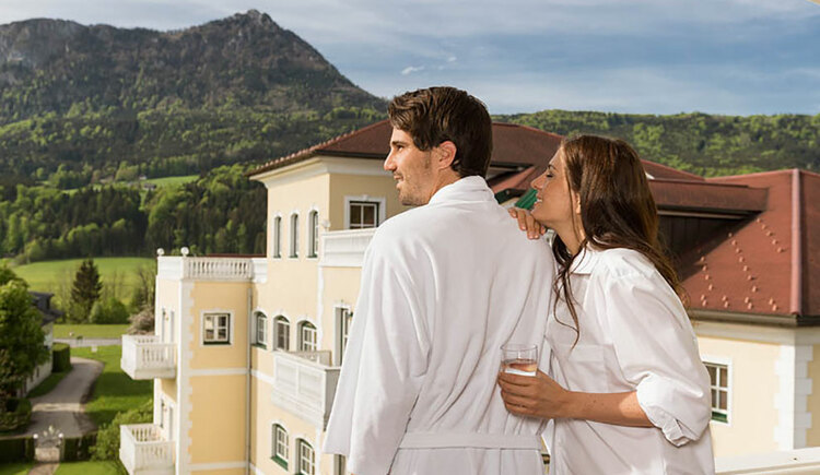 persons in bathrobes, view on the hotel, the scenery and the mountains. (© Sperr-Lehrl)