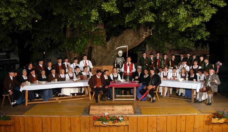 Faistenauer Jedermann unter der 1000-jährigen Linde (© Tourismusverband Faistenau)