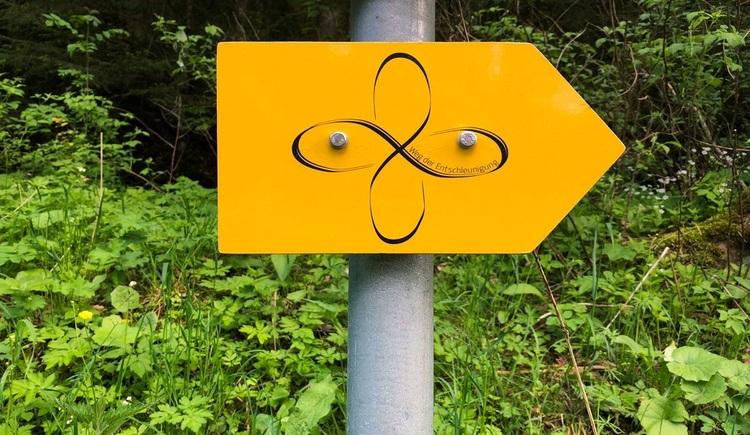 Gelber Wegweiser am Weg der Entschleunigung. (© Ferienregion Böhmerwald)