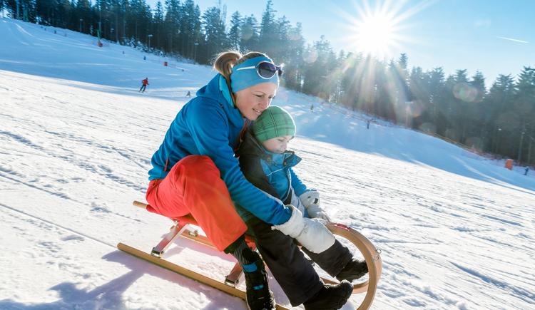 Schlittenfahren auf der Mühlviertler Alm, Winterspaß mit Kindern. (© Mühlviertler Alm/Dieter Hawlan)