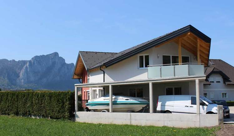Exterior view of the house, mountains in the background. (© Fam. Lindpointner)