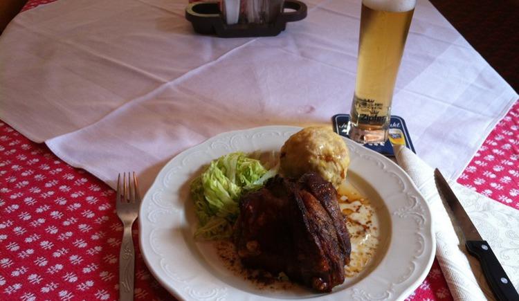 Schweinsbraten mit Knödel im Gasthof Steinberger.