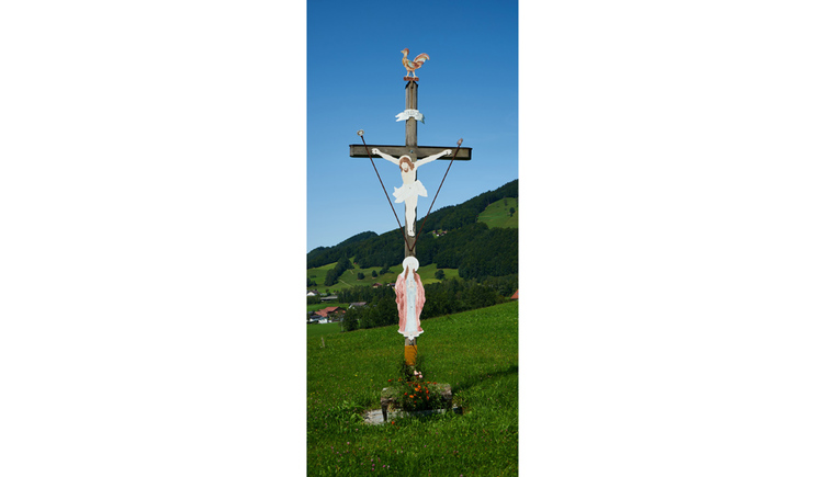 Blick auf das Kreuz in der Wiese