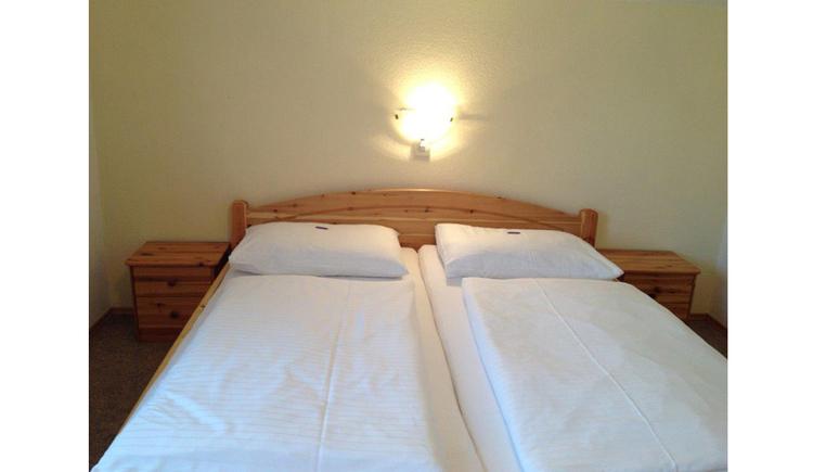 Schlafzimmer mit Doppelbett, Nachtkästchen, Lampe