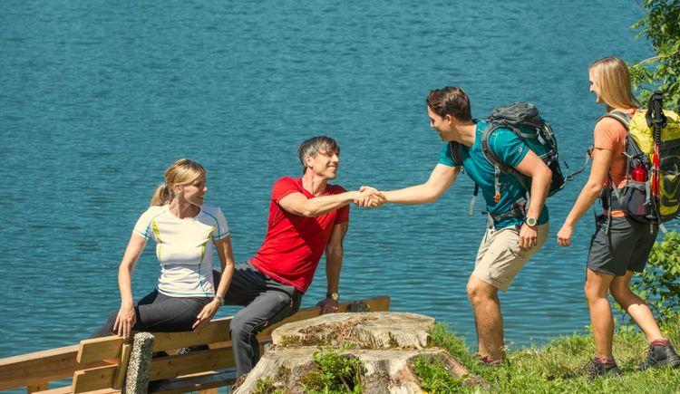 Gruppe trifft sich beim Wandern (© Fuschlsee Tourismus/Erber)