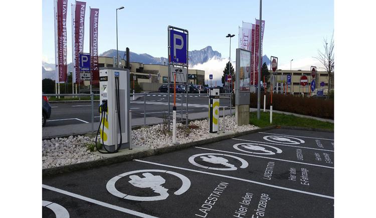 Blick auf die Ladestation, im Vordergrund Parkplätze