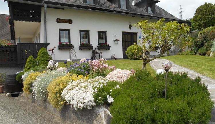 Steingarten mit Haus und Terrasse, Sommer (© Ferienwohnung Burgi)