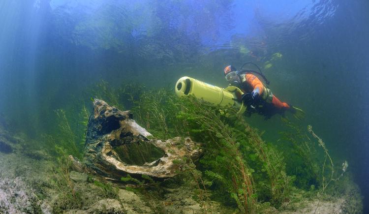 Taucher mit UW-Scooter im Staubereich bei Atlantis Qualidive am Traunfall