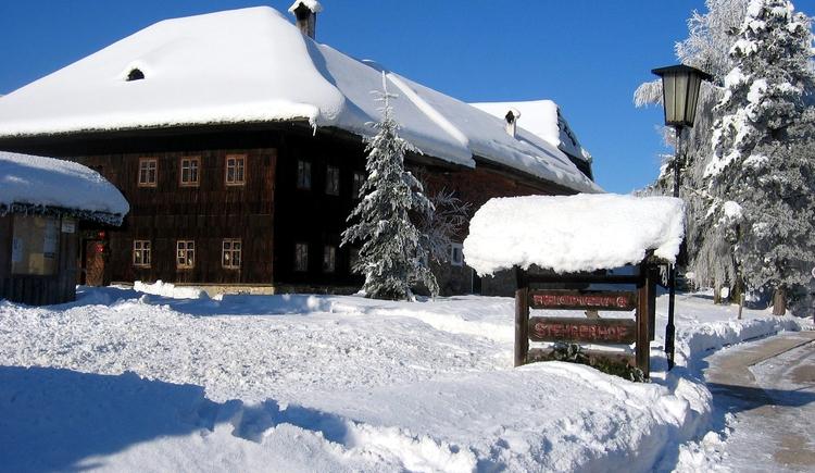 Mit Ausnahme des Adventmarktes am Stehrerhof am 1. Wochenende Anfang Dezember, ist der Stehrerhof von 1. November - 31. März jedes Jahr geschlossen. (© Stehrerhof)
