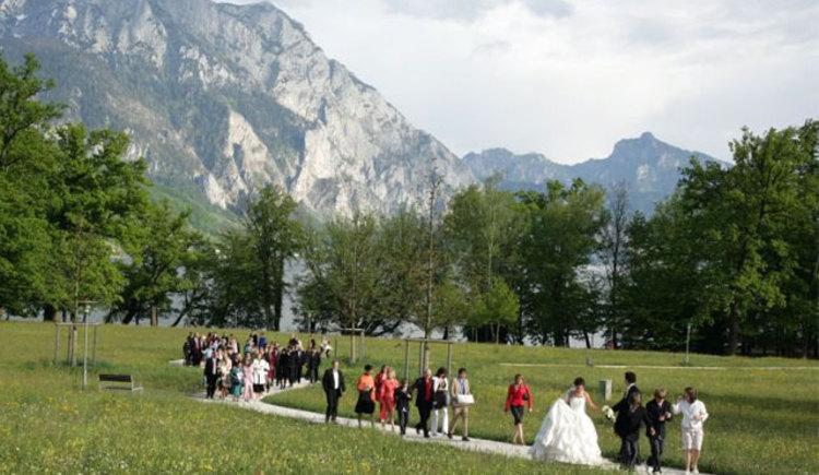 Hochzeitsgesellschaft im Toscanapark in Gmunden (© sagJa - Hochzeitsplanerin Gabi Socher)