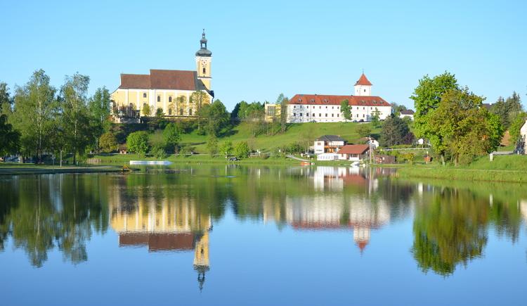 Blick auf Stift. (© Marktgemeinde Waldhausen im Strudengau)